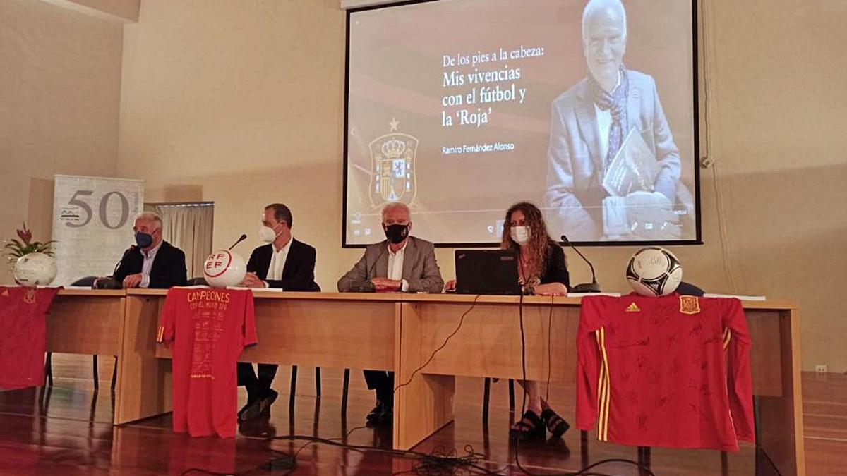 Por la izquierda, Celso Fernández, Alberto González, Ramiro Fernández y Margarita Gandullo, en el acto.   Camporro