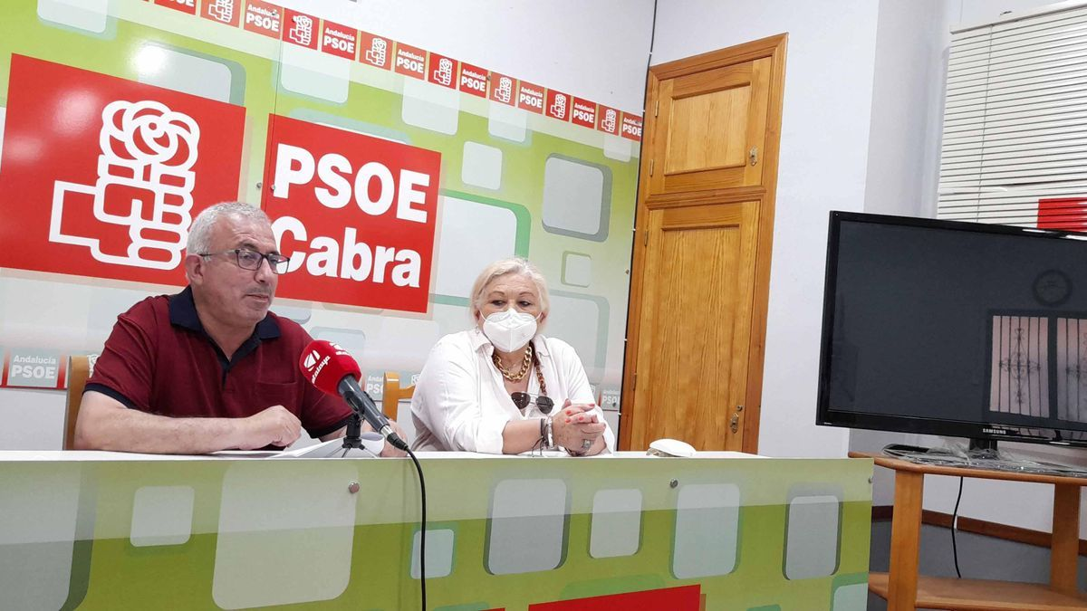 Los socialistas egabrenses Antonio J. Caballero y Toñi Ruiz, durante la rueda de prensa.