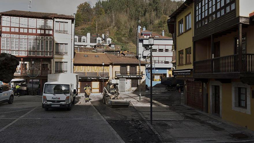 La plaza sidrera de Requejo renueva el firme de su populosa zona de terrazas
