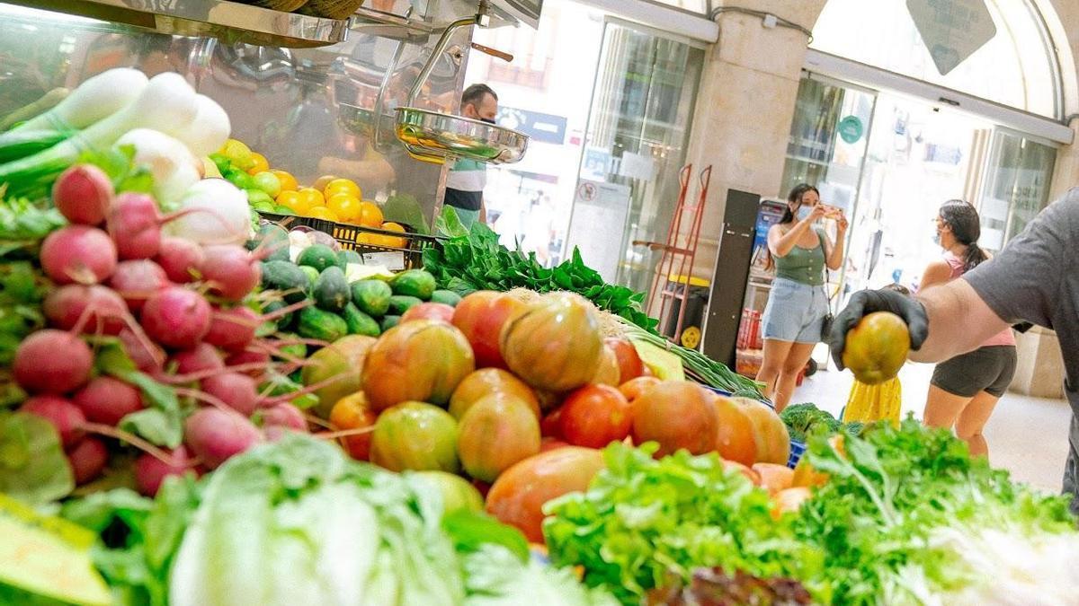 Archivo - Imagen de archivo de fruta y verdura en el Mercado Central de València