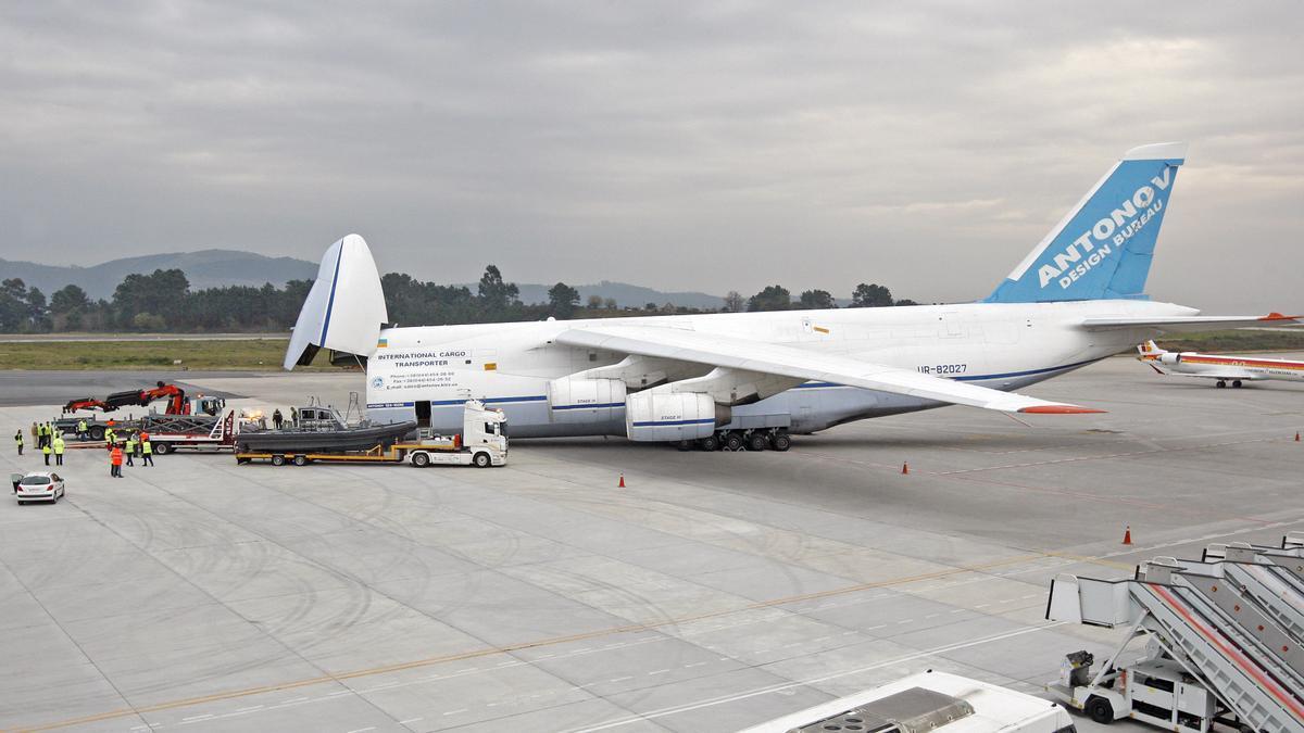 El carquero Antonov 124 en el aeropuerto de Vigo. De Arcos