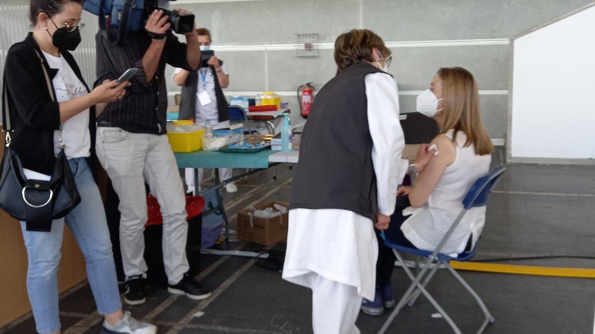 Ana Pastor recibe la vacuna contra el coronavirus en el Recinto Ferial de Pontevedra.