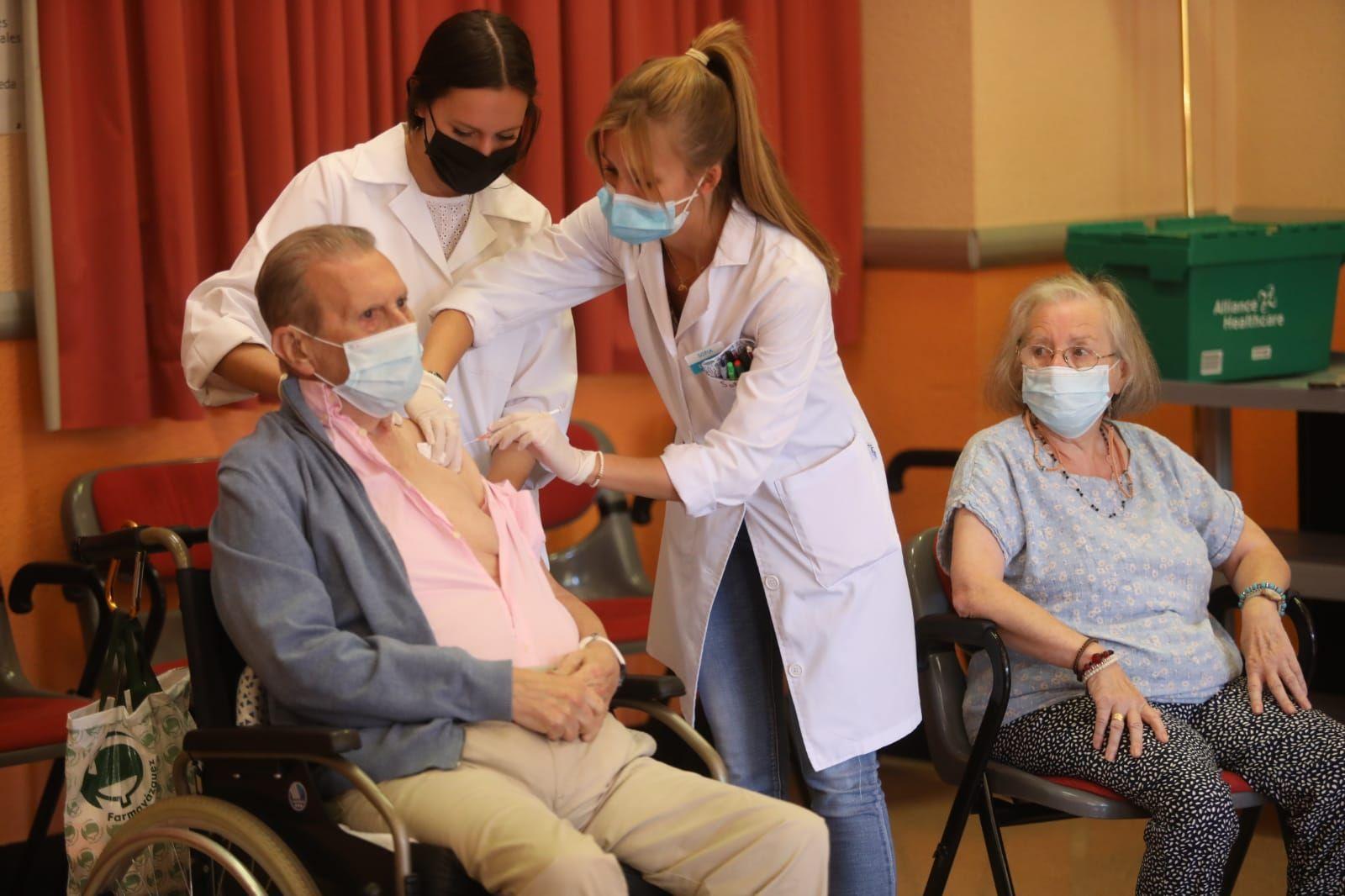 FOTOGALERÍA | Los mayores de la residencia Romareda reciben la tercera dosis de la vacuna