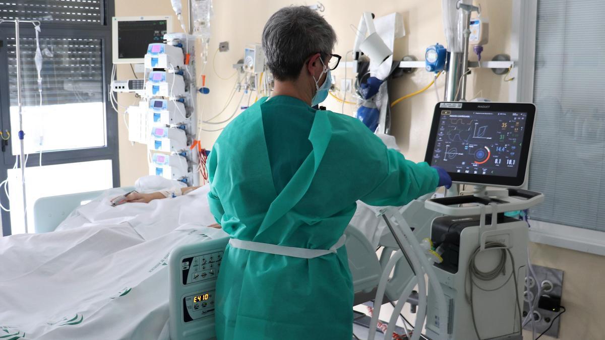Una sanitaria atiende a un paciente de coronavirus.