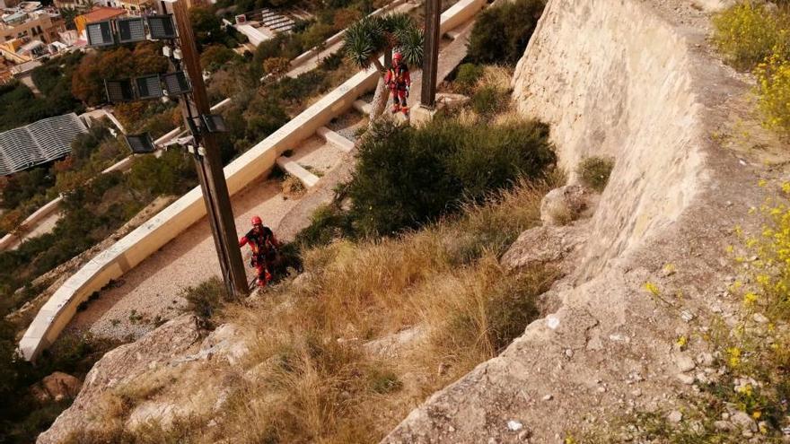 Los bomberos realizarán por primera vez un rescate vertical con tirolina en el Benacantil