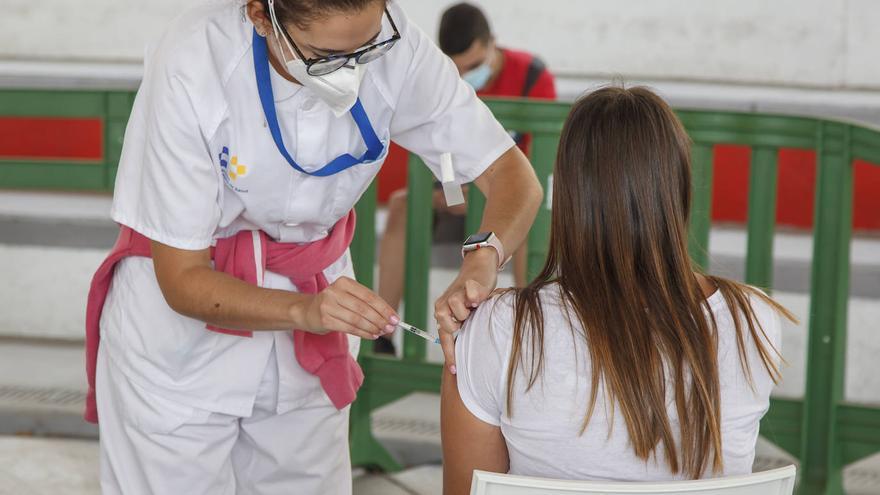 Cuatro de cada diez jóvenes de entre 20 y 29 años en Canarias tiene, al menos, una dosis de la vacuna