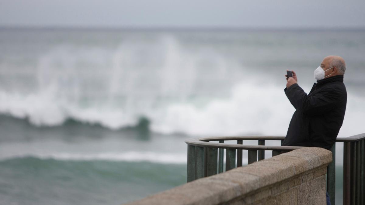 Un hombre hace fotos al mar en Galicia
