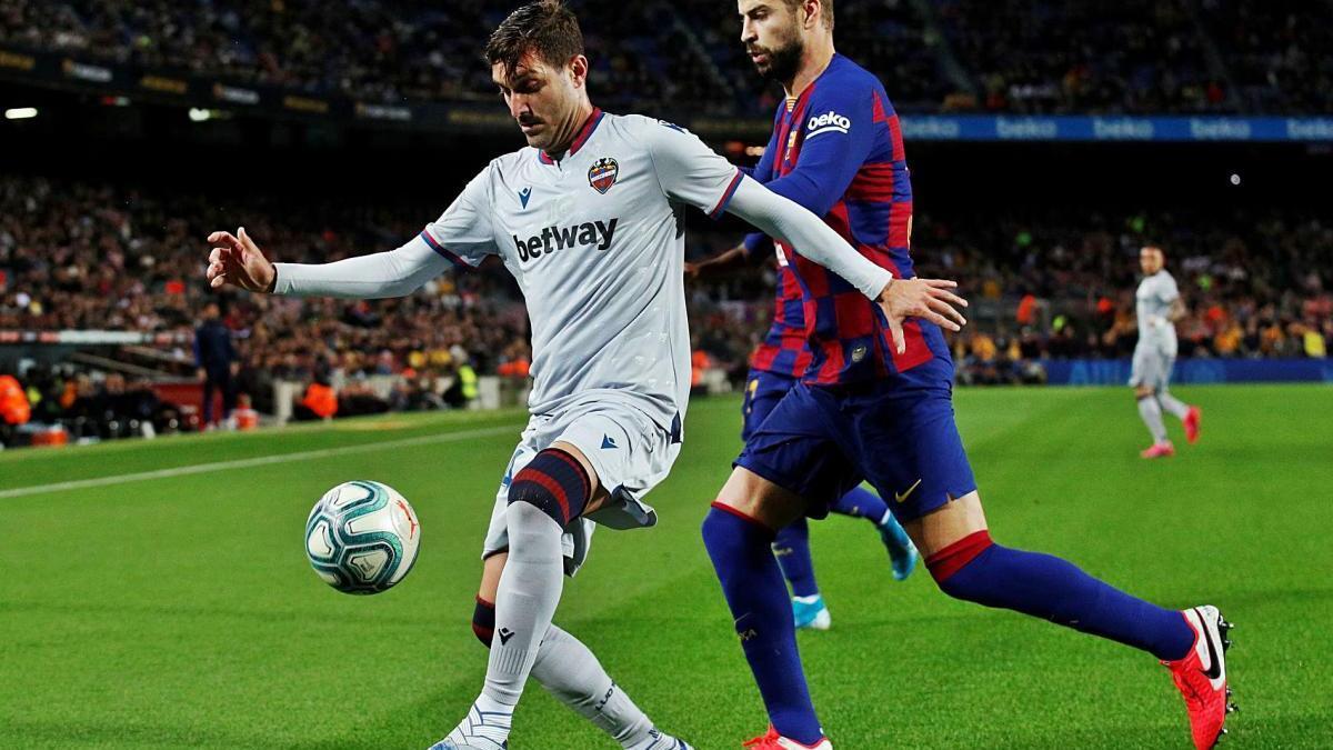 José Campaña controla la pelota ante Gerard Piqué en la última visita del Levante UD al Camp Nou.