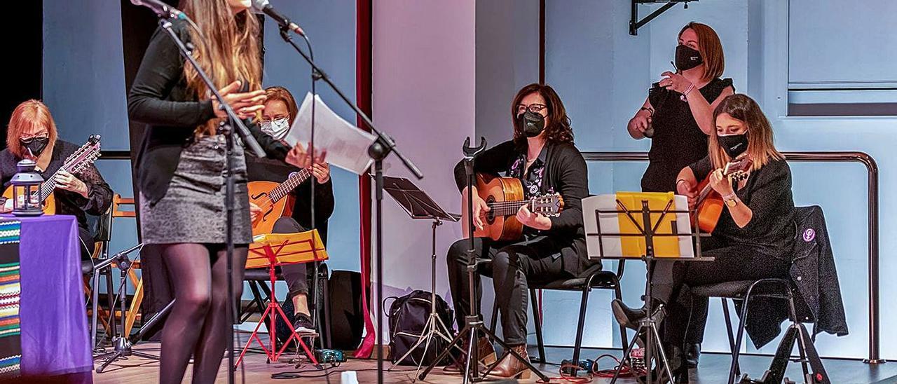 Imatge d'un concert de «Parint versos entre dones»   XIMO BUENO