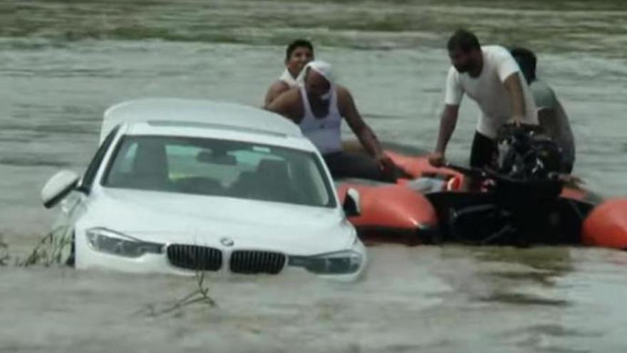 Hunde en el río el BMW que le había regalado su padre porque quería un Jaguar