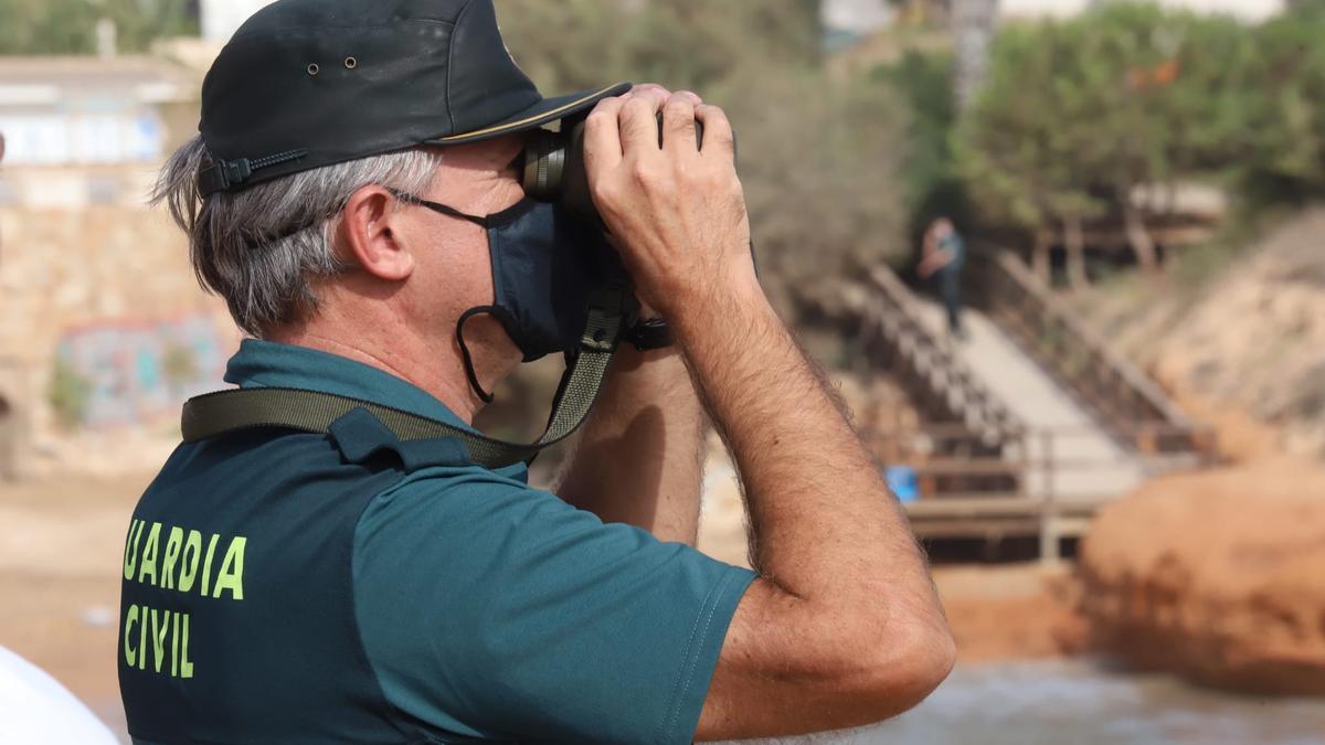 Un guardia civil del operativo de búsqueda en las calas de Torrevieja