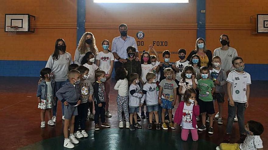 José López y Amalia Goldar compartieron jornada con los participantes en el campamento estival de O Foxo