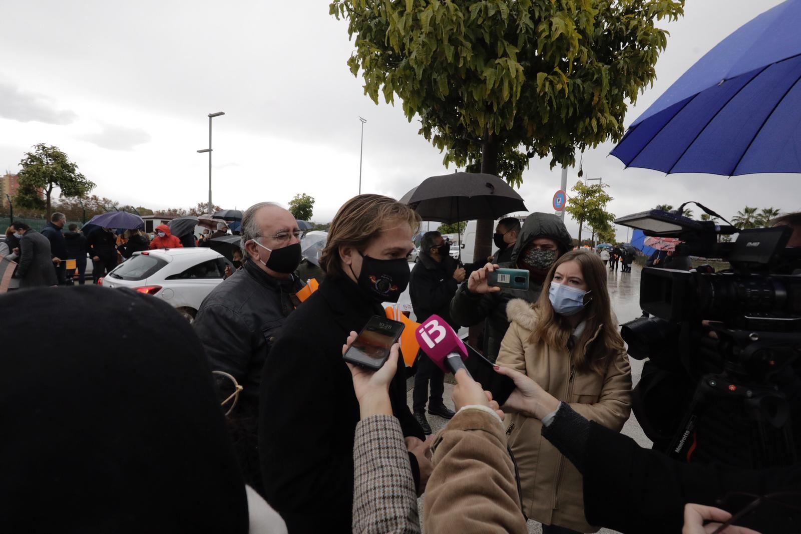 La 'marea naranja'  por la enseñanza concertada se manifiesta en coche por las calles de Palma