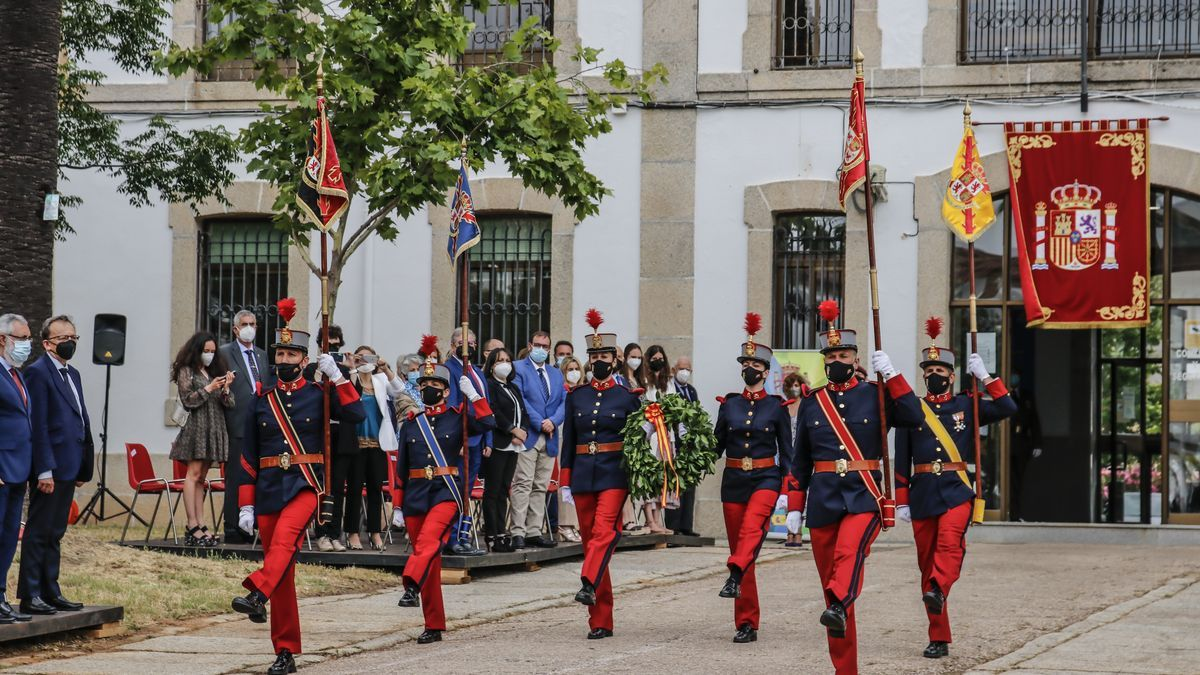 Homenaje a los caídos durante el acto institucional por los 25 años de la Subdelegación de Defensa en Cáceres.