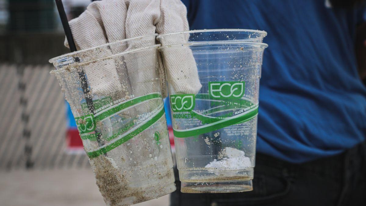 Imagen de unos vasos de plástico reutilizables.