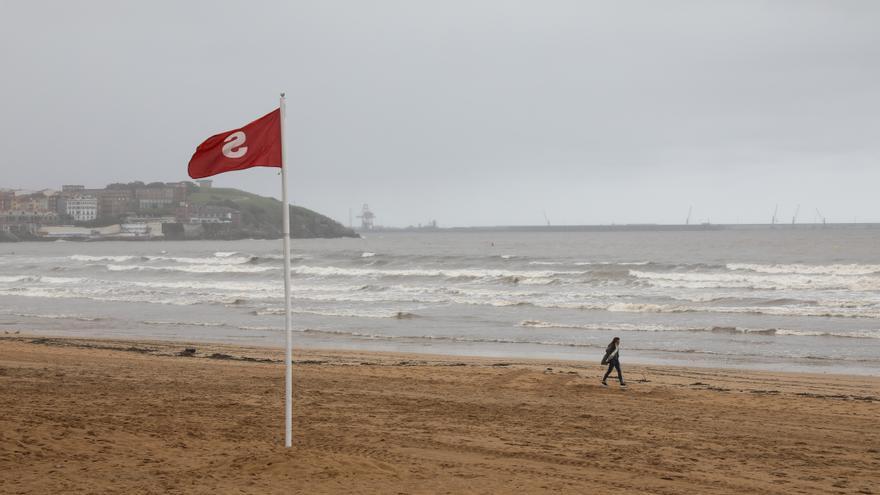 Reabierta la zona de la playa de San Lorenzo afectada por los alivios del Piles