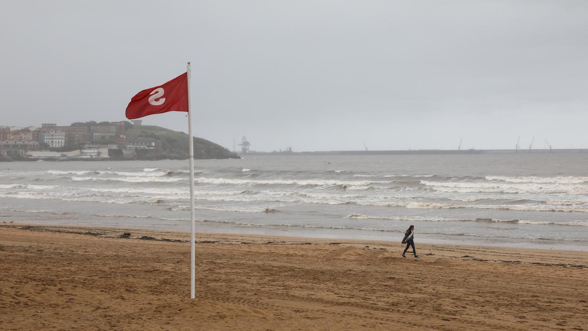 La playa de San Lorenzo, con bandera roja.