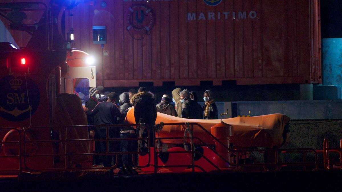 Los 69 migrantes rescatados al sur de Fuerteventura a su llegada al puerto de Gran Tarajal.