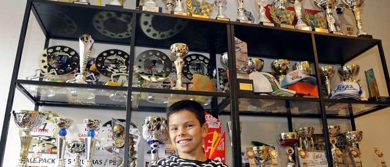 Christian Costoya posa rodeado de algunos de los trofeos que ha logrado. // Bernabé/Javier Lalín