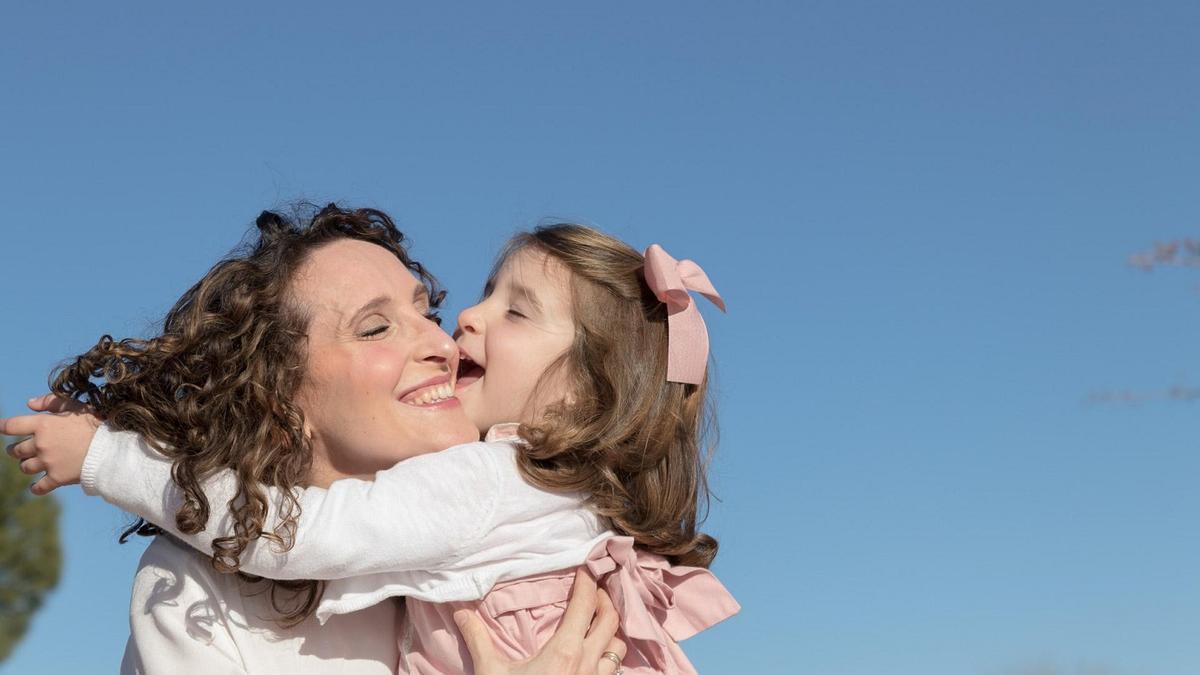 """Ingrid y y su hija Lola, dos de las protagonistas de la campaña """"Haz historia con tu historia""""."""