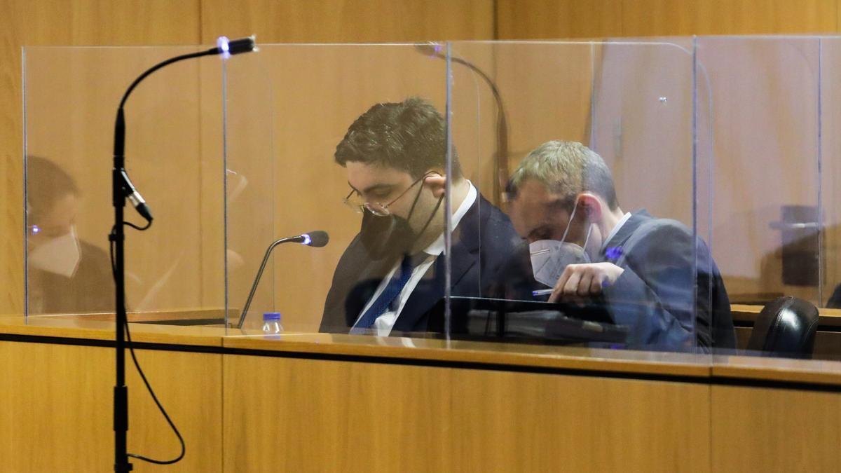 El abogado gijonés, a la derecha, durante la celebración del juicio el pasado enero.