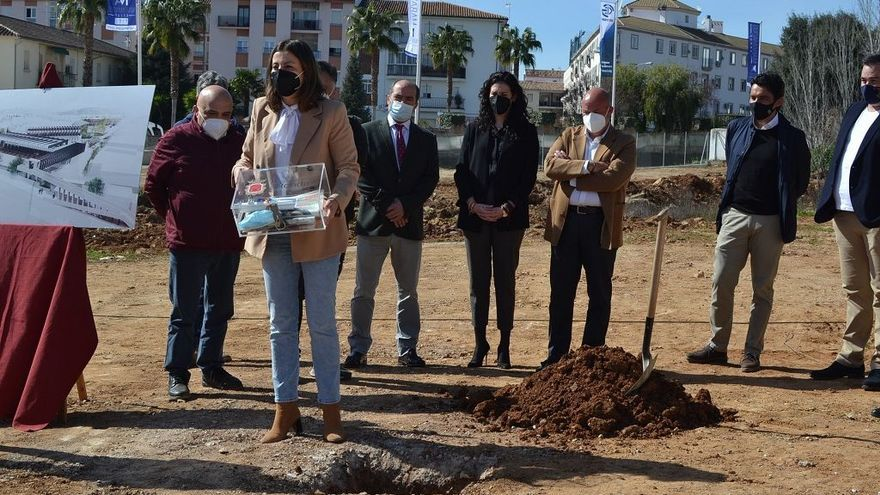 La alcaldesa de Ronda pone la primera piedra de la nueva estación de autobuses