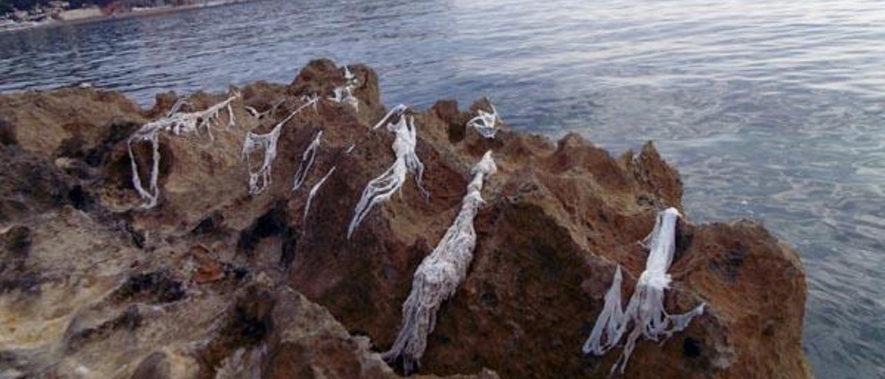 Una playa de roca de Xàbia se llena de toallitas húmedas arrojadas al váter
