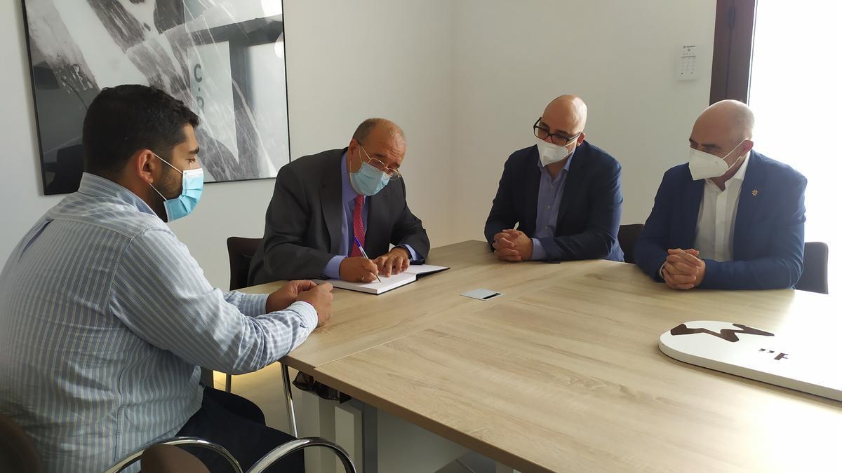 El presidente de la DPT, Manuel Rando, y el diputado Diego Piñeiro, han visitado las instalaciones del Consejo Regulador de la Denominación de Origen Jamón de Teruel.