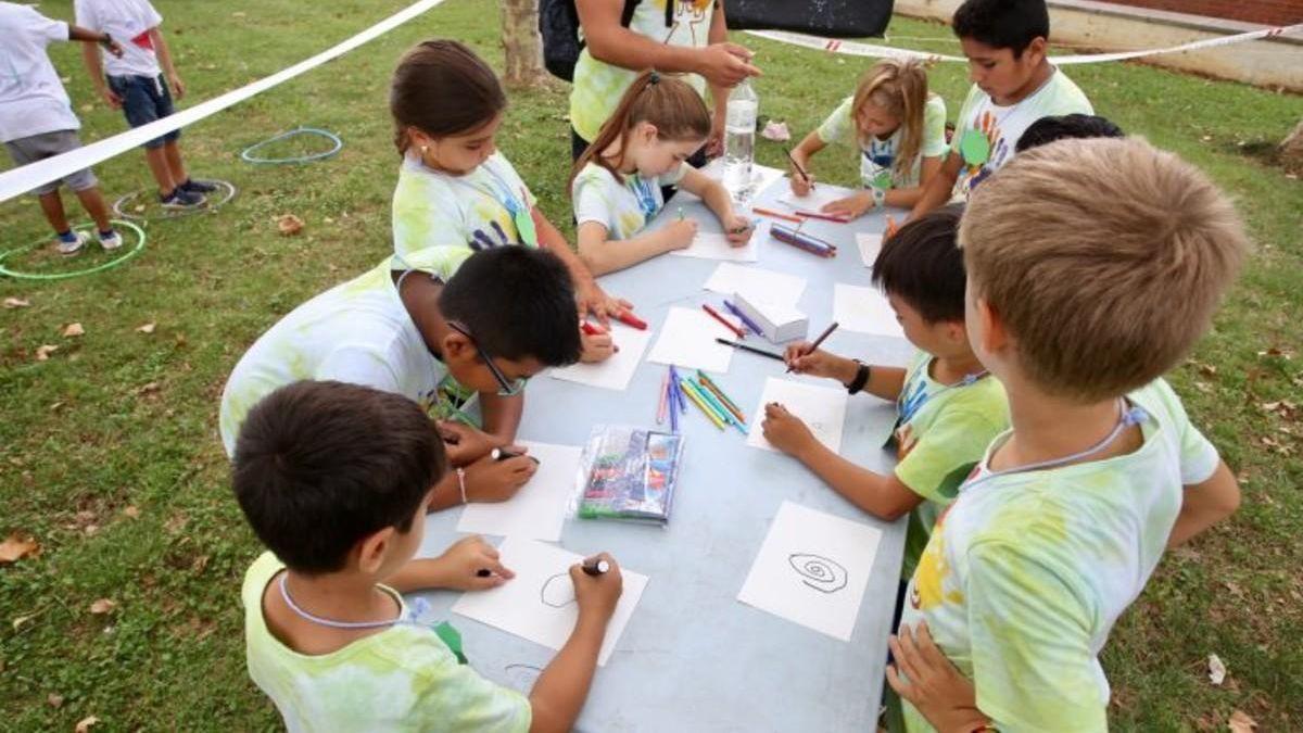 Varios niños pintan en una de las actividades clásicas del verano.