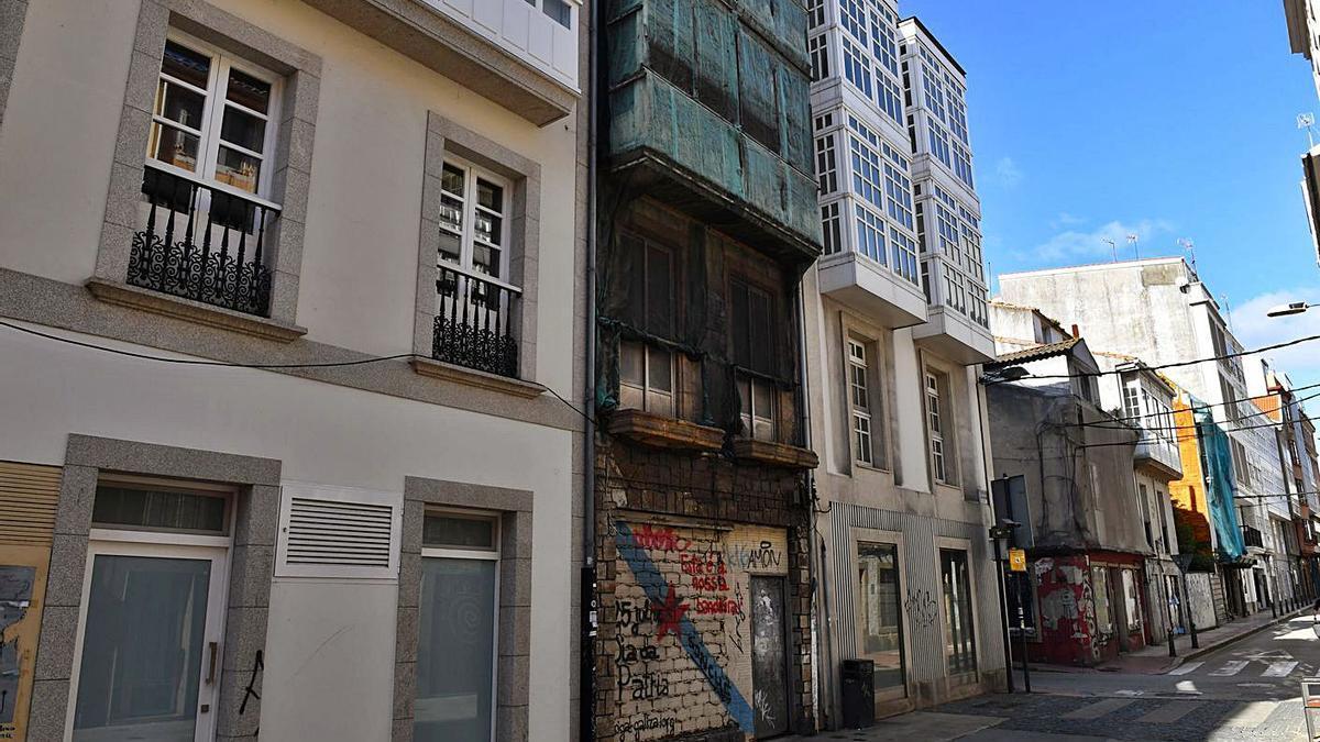 Edificio número 126 de la calle del Orzán, en el centro de la fotografía.   | // VICTOR ECHAVE
