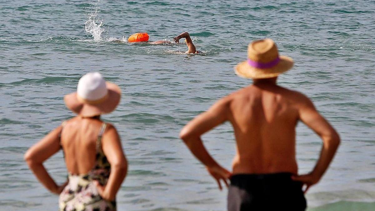 Bañistas ayer en Alicante, en las horas previas a la entrada del otoño meteorológico.