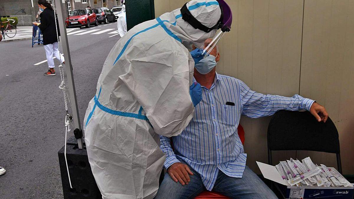 Un hombre se somete a una PCR en O Ventorrillo.