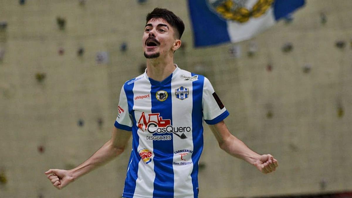 Yayo, jugador del Atlético Benavente, en plena celebración. | D. S.