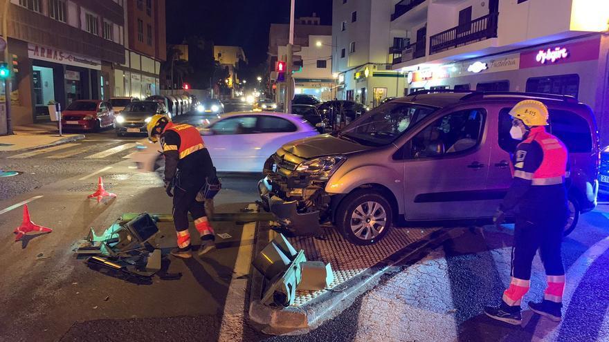 Un vehículo se lleva por delante un semáforo en Arrecife