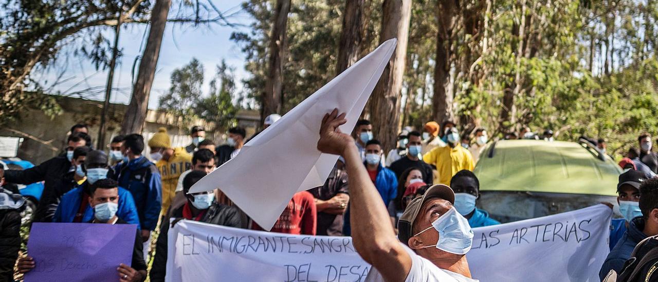 Los migrantes de Las Raíces, en Tenerife, en la concentración de ayer