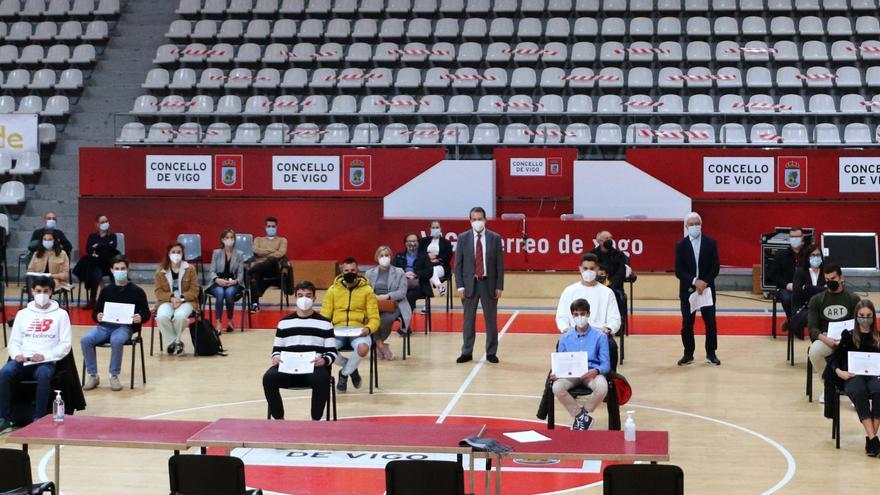 El Concello entrega las becas a 29 deportistas de alto nivel