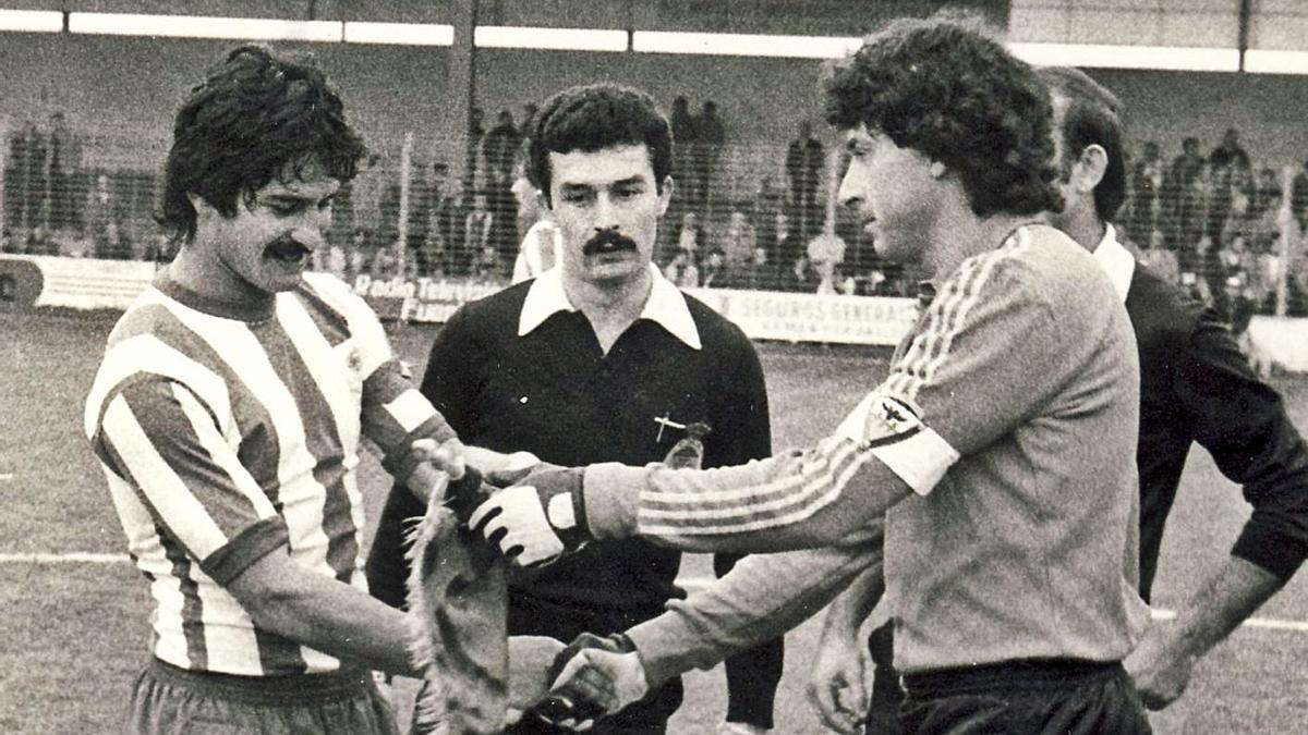 Pardo se saluda en 1980 con el capitán del Mirandés antes del inicio del duelo. |  // MIRANDADEPORTIVA