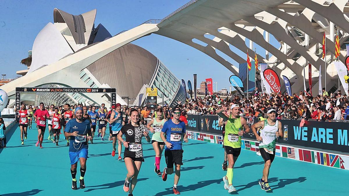 Llegada de corredores del Maratón de Valencia a la meta junto al Museo Príncipe Felipe.