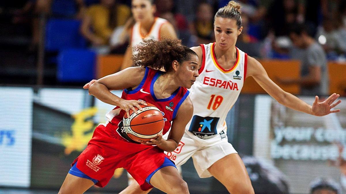 Queralt Casas defiende su posición ante la base de Puerto Rico, Jennifer O'Neill, con la camiseta de la selección española.  | RAMÓN DE LA ROCHA