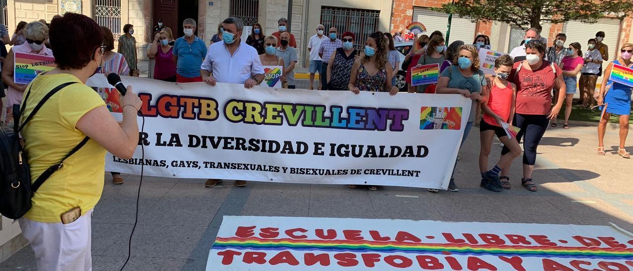 Concentración este martes a las puertas del Ayuntamiento de Crevillent contra la denuncia de Vox por colgar una bandera LGTBI