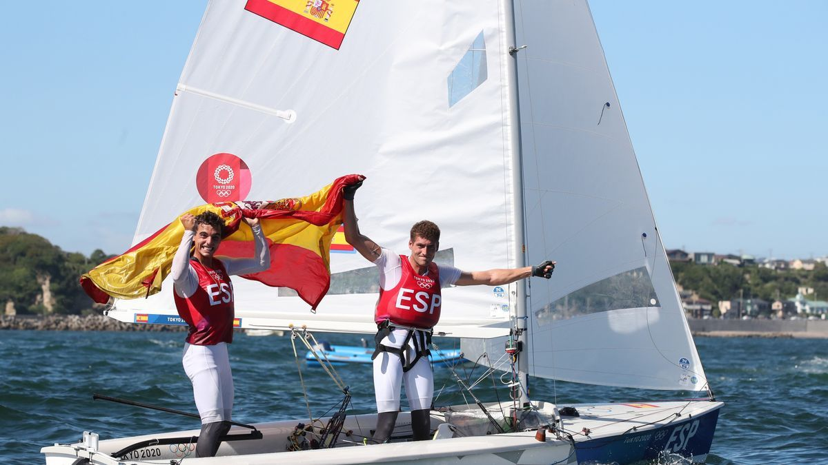 Los españoles Xammar y Rodríguez festejan su bronce en vela clase 470.