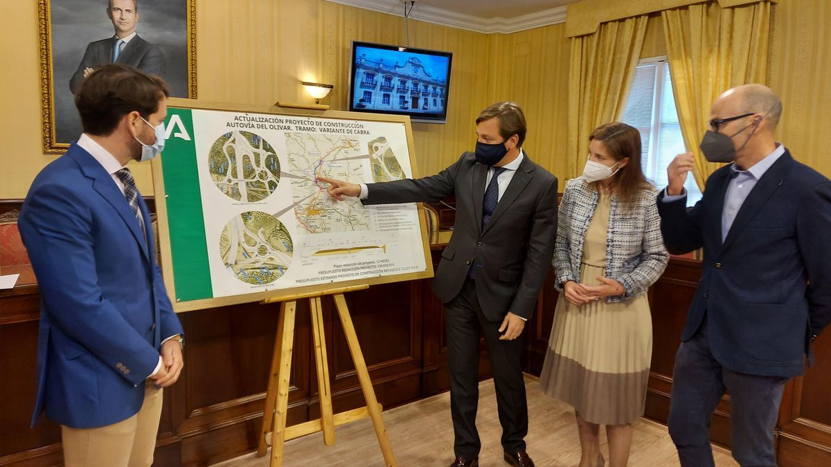 El delegado del Gobierno, Antonio Repullo, y la delegada territorial de Fomento, Cristina Casanueva, han presentado el proyecto.