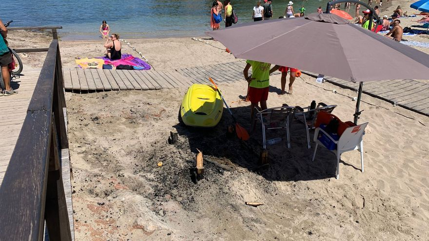 El fuego calcina la caseta de socorristas de una playa de Ibiza