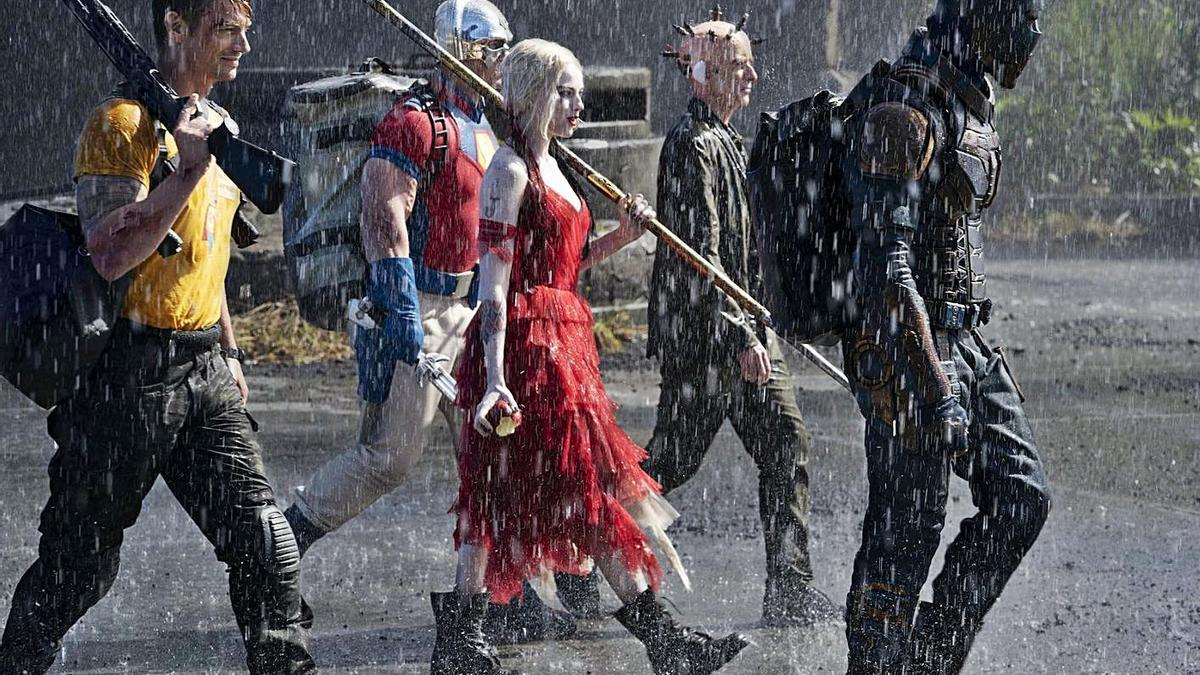 Margot Robbie (al centre de la imatge) torna a ser a Harley Quinn   WARNER BROS. ENTERTAINMENT