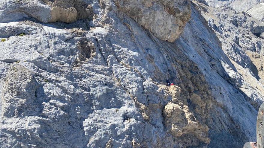 Rescatado un senderista de Vigo que pasó la noche enriscado en Picos de Europa