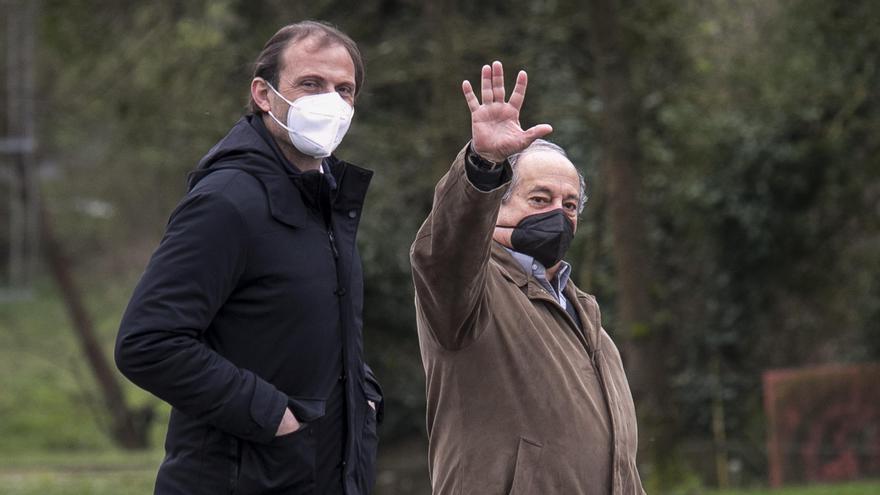 Federico González y Arnau, muy cerca de la plantilla en el último entrenamiento del Oviedo de la semana