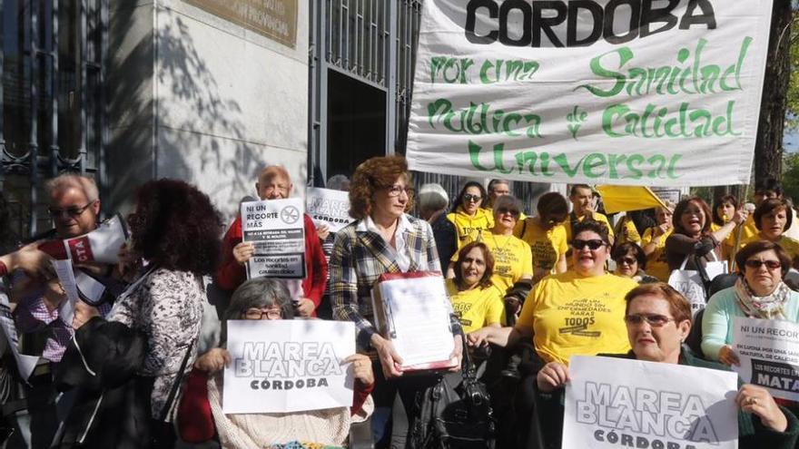 """La Marea Blanca entrega más de 6.000 firmas contra el """"deterioro"""" de la sanidad pública"""