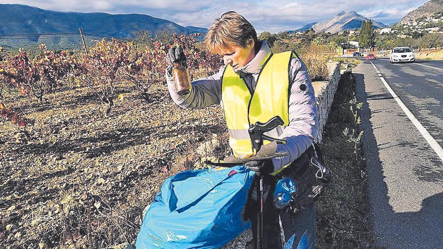 Los voluntarios limpian las cunetas entre Alcalalí y Xaló