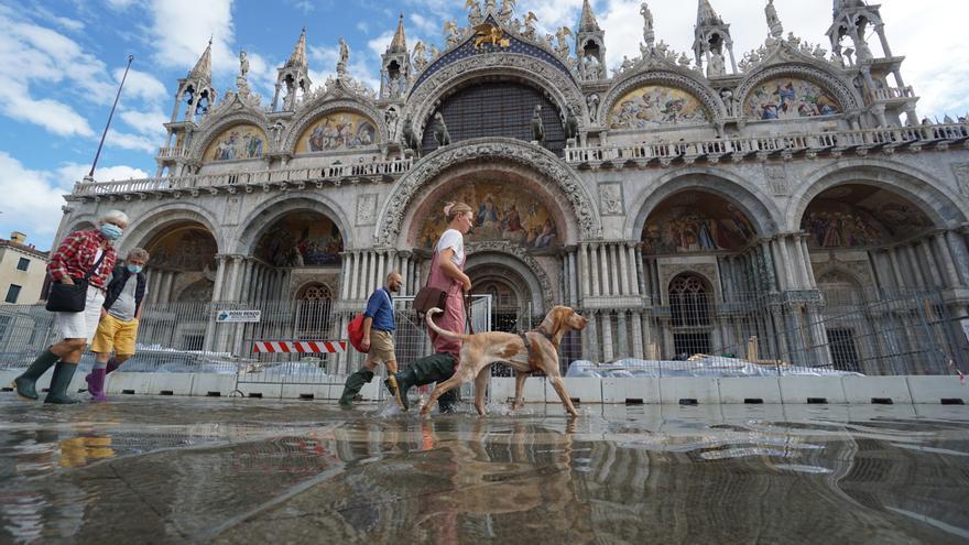 El agua se adueña de Venecia y entra en la basílica de San Marcos