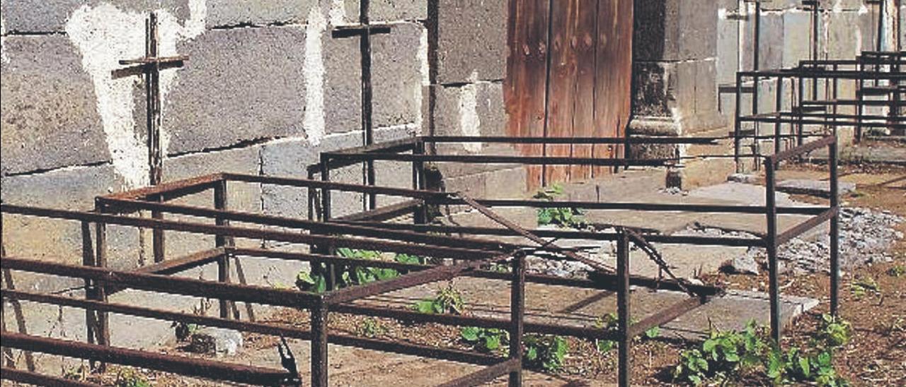 Tumbas del cólera morbo de 1851, delante de la ermita de La Concepción de La Atalaya de Santa Brígida.